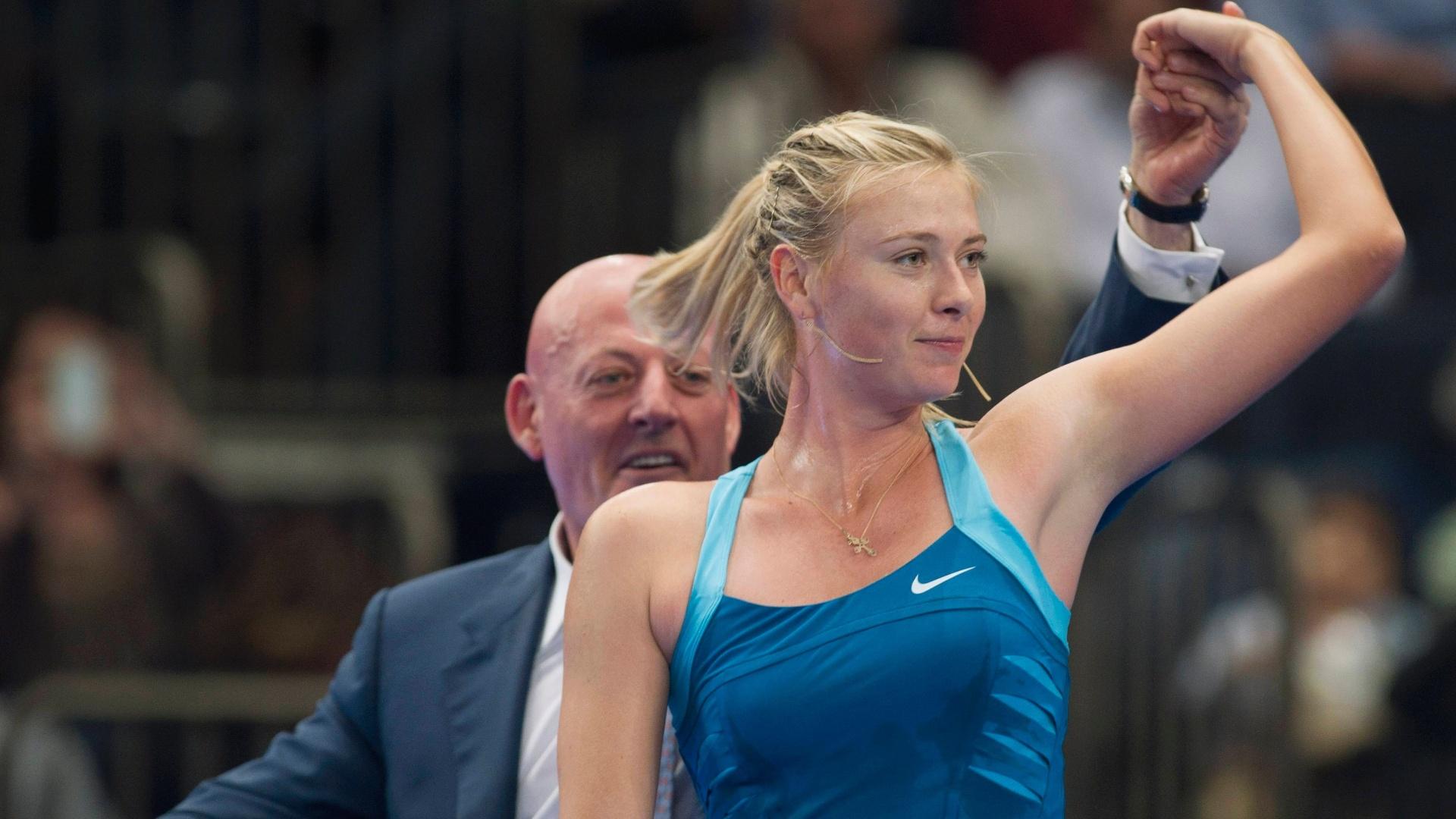 Sharapova também se divertiu em quadra e chamou para dançar um fã bem mais velho do que ela. O pé-de-valsa se empolgou com a russa e deu um show no Madison Square Garden (05/03/2012)