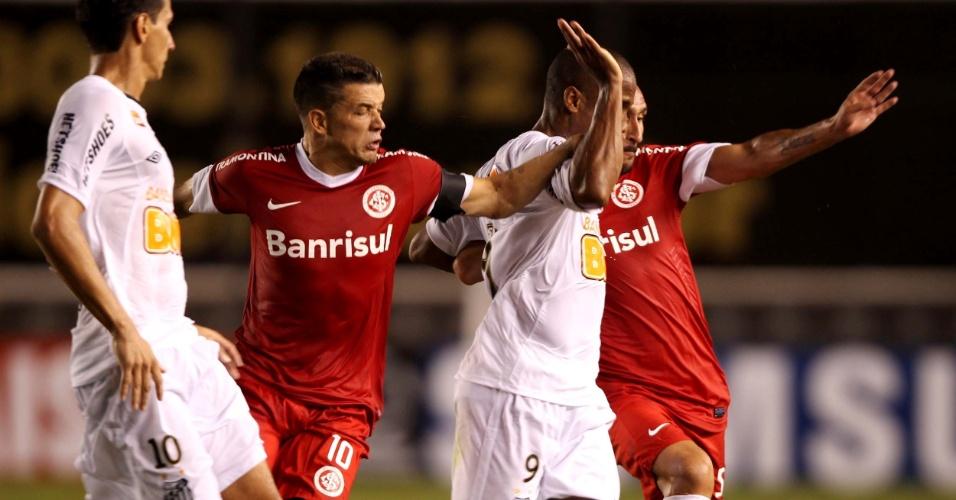 D'Alessandro e Guiñazu tentam roubar a bola de Borges