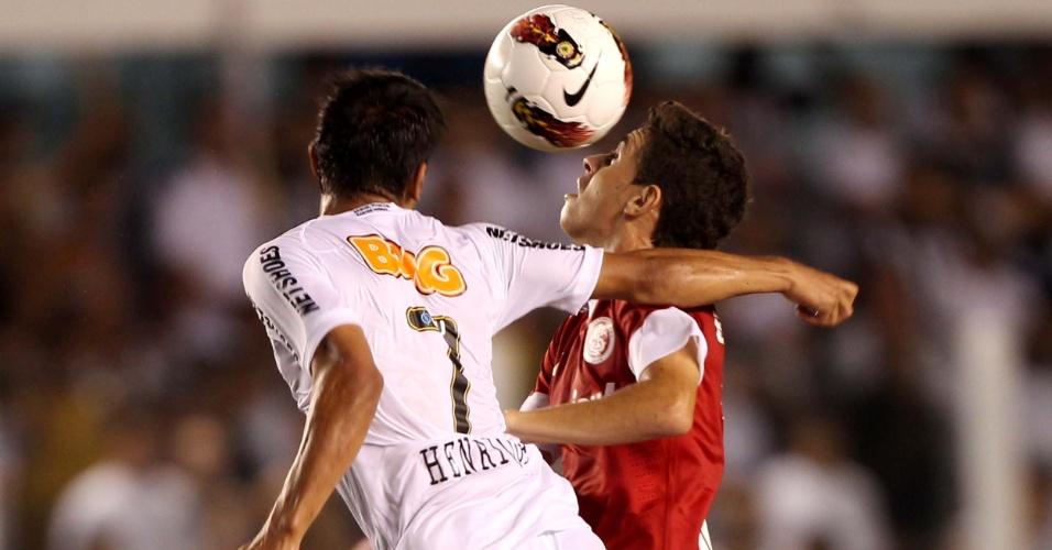 Henrique, do Santos, tenta conter o avanço de Oscar, do Internacional