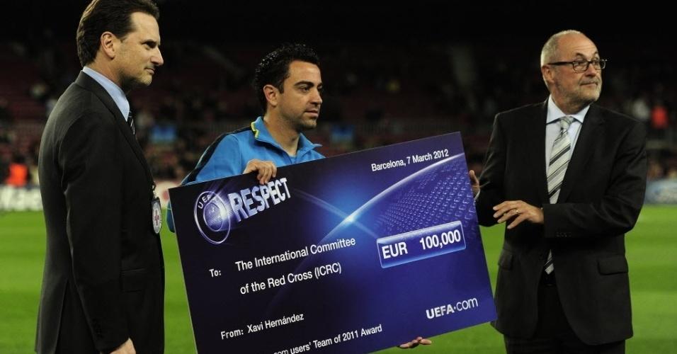 Xavi recebe prêmio de capitão da seleção da UEFA antes de partida contra o Bayer Leverkusen no Camp Nou
