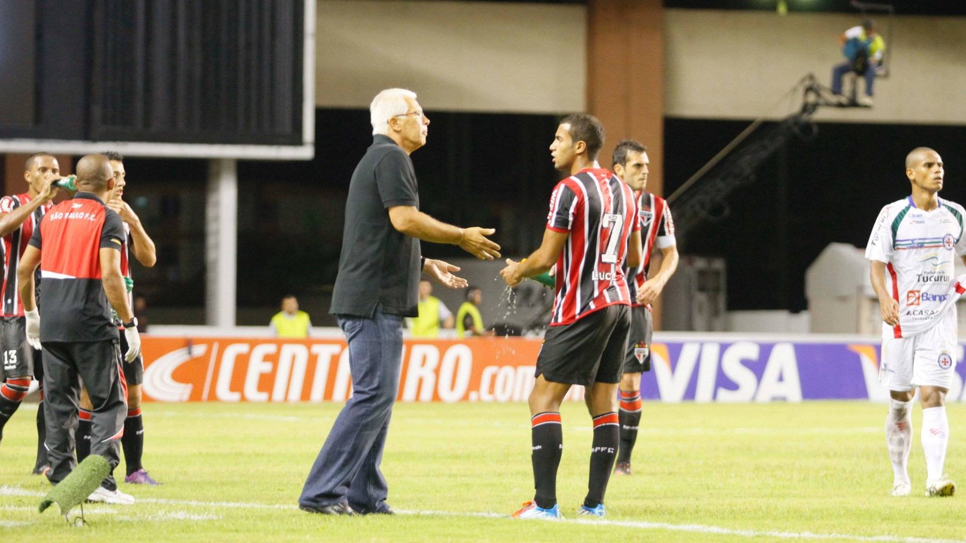 Emerson Leão passa orientações para Lucas durante vitória do São Paulo sobre o Independente