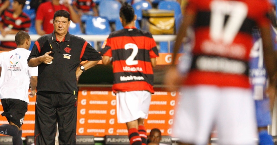 Joel Santana observa jogadores do Flamengo no duelo diante do Emelec, na Libertadores