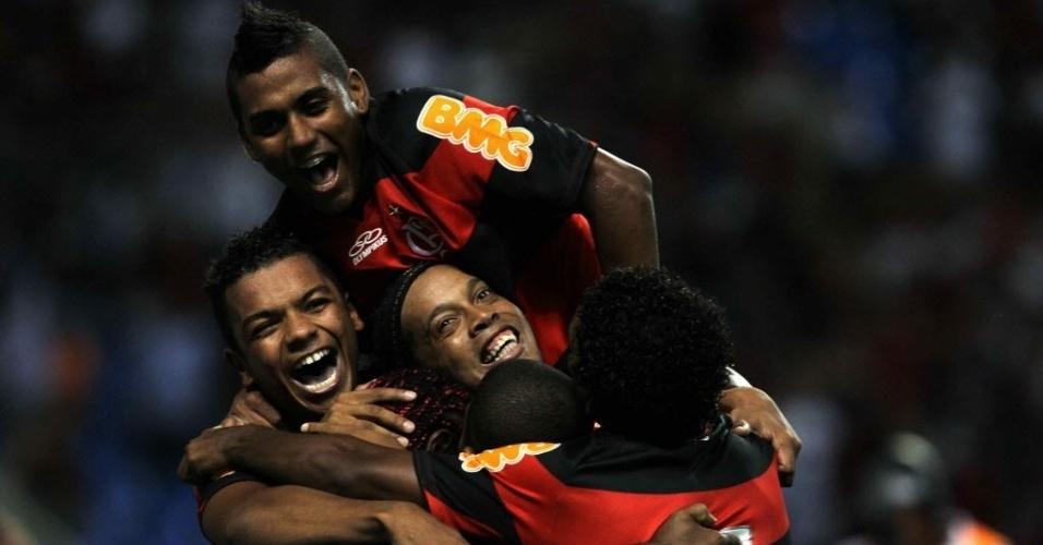 Jogadores do Flamengo comemoram o gol na vitória por 1 a 0 sobre o Emelec, pela Libertadores