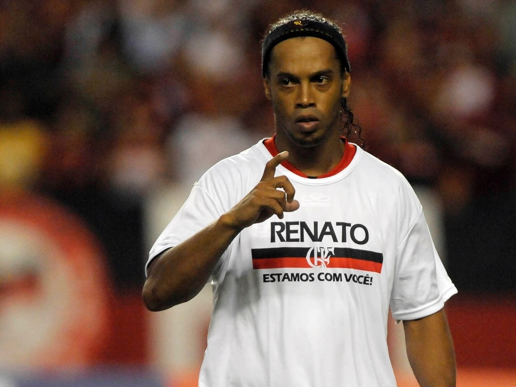 Jogadores do Flamengo entram em campo com camiseta em homenagem a Renato Abreu para jogo com o Emelec