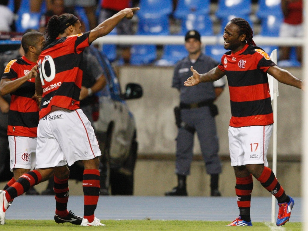 Júnior Cesar e Ronaldinho comemoram com Vagner Love o gol marcado pelo atacante contra o Emelec