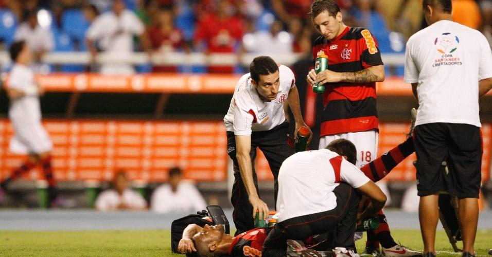 Léo Moura recebe atendimento médico na partida do Flamengo diante do Emelec, pela Libertadores