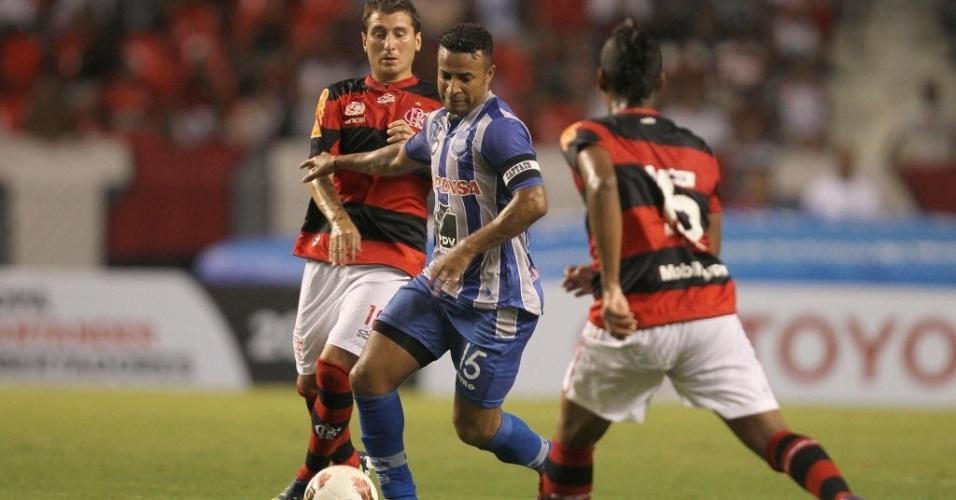 Muralha e Bottinelli, do Flamengo, marcam Quiñónez, do Emelec, em jogo da Libertadores, no Engenhão