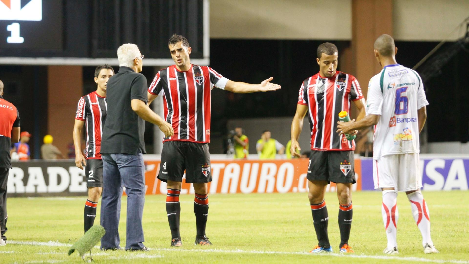 Rhodolfo gesticula com o técnico Leão durante a vitória por 1 a 0 do São Paulo sobre o Independente