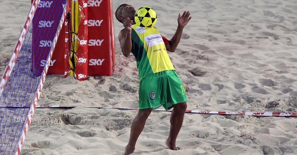 Romário domina a bola no peito e mostra habilidade durante Mundial 4x4 de futevôlei