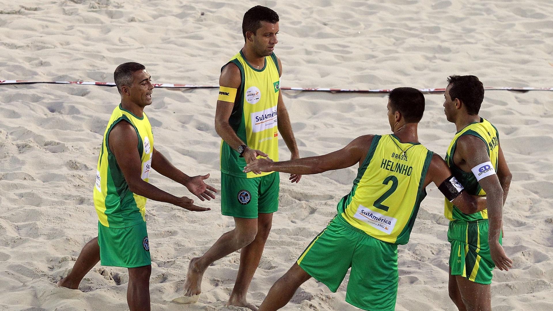 Romário cumprimenta os companheiros de seleção após partida no Mundial 4x4 de Futevôlei, em Copacabana