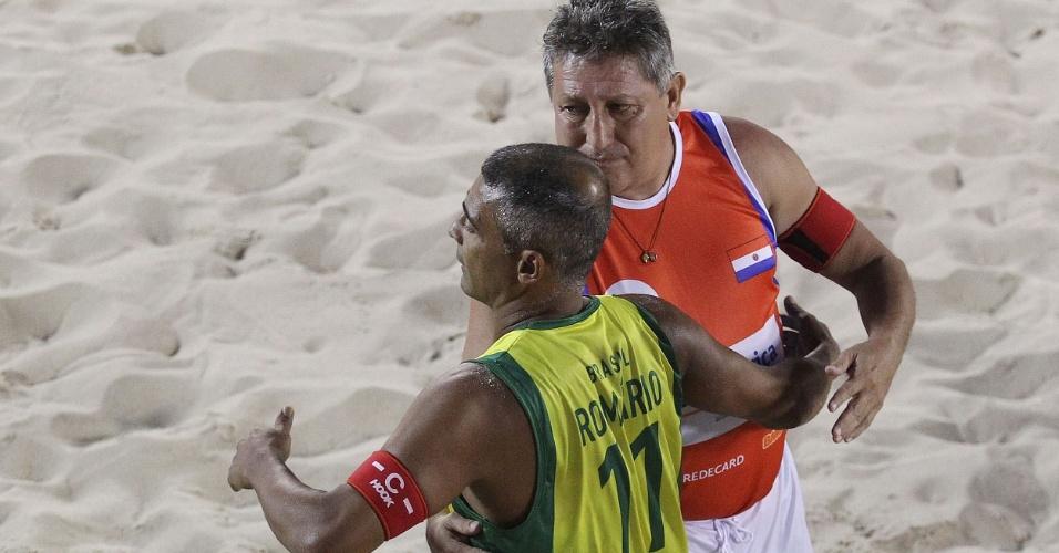 Romário cumprimenta Romerito após partida da seleção no Mundial de Futevôlei, na praia de Copacabana