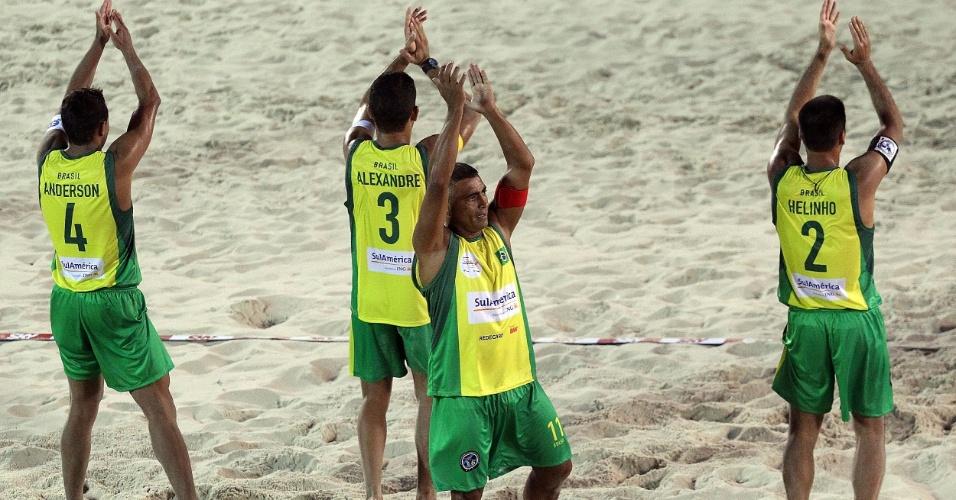 Romário e parceiros da seleção de futevôlei acenam para a torcida após partida no Mundial 4x4, no Rio de Janeiro