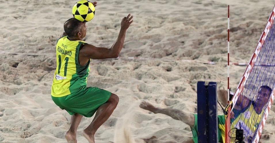 Romário tenta lance de cabeça durante partida do Brasil no Mundial 4x4 de Futevôlei, em Copacabana