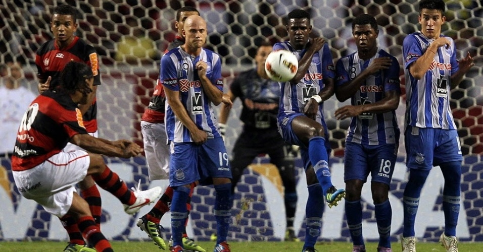 Ronaldinho Gaúcho, do Flamengo, cobra falta durante a partida contra o Emelec, no Engenhão