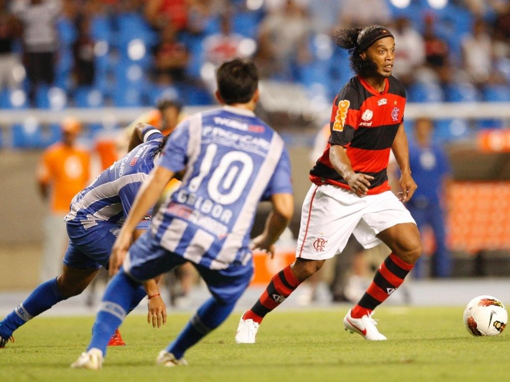 Ronaldinho tenta a jogada durante o jogo do Flamengo contra o Emelec