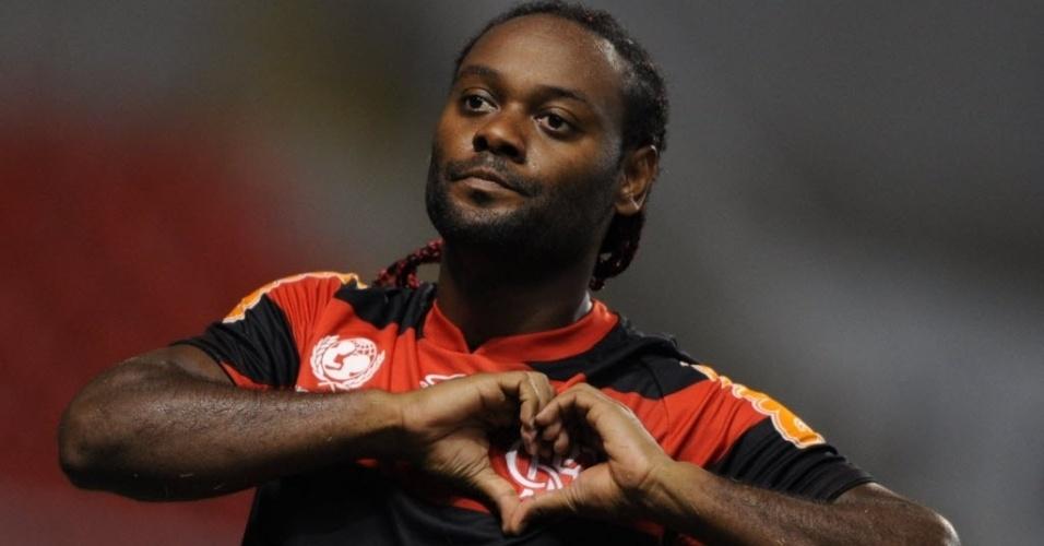 Vágner Love comemora gol do Flamengo na partida diante do Emelec, no Engenhão, pela Libertadores
