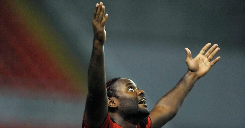 Vágner Love comemora gol do Flamengo no jogo contra o Emelec, pela Libertadores