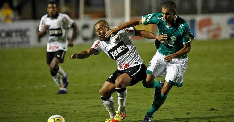 Emerson, do Corinthians, sofre com a marcação do jogador do Guarani