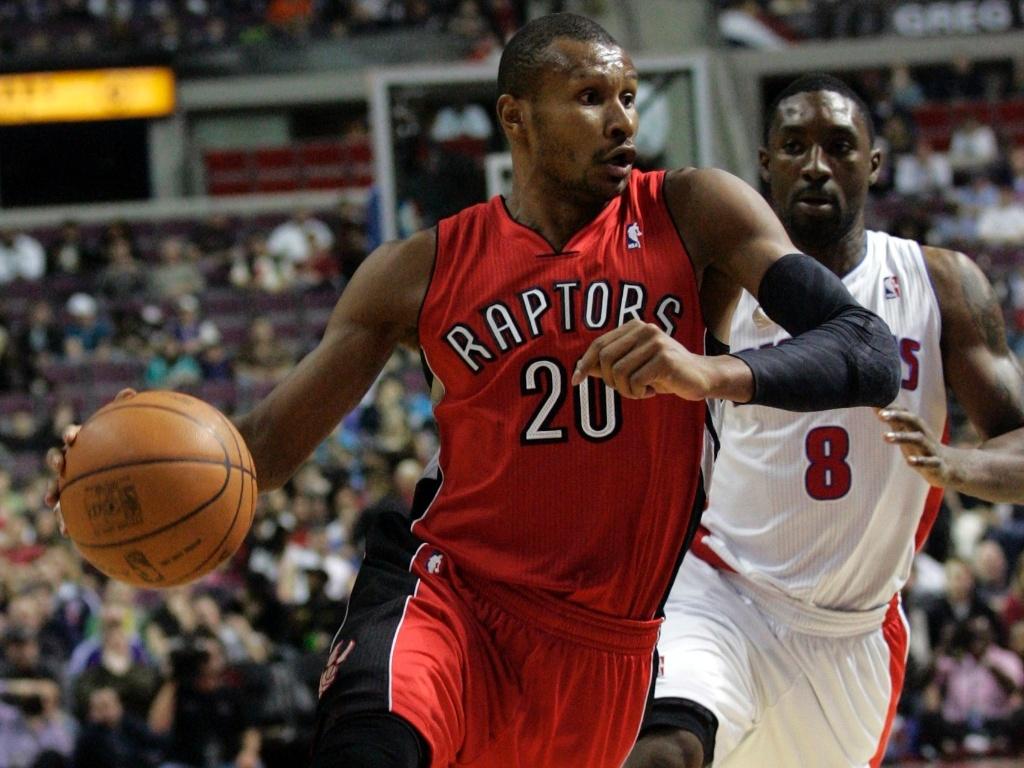 Leandrinho, brasileiro do Toronto Raptors, tenta a jogada durante o jogo contra o Detroit Pistons