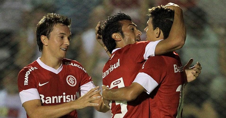 O meia argentino, Dátolo (c) comemora seu gol com Dagoberto e Oscar