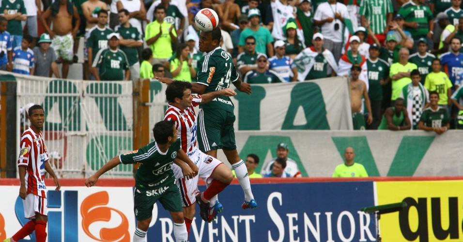 Artur, do Palmeiras, sobe para cabecear. Lateral deixou Cicinho no banco