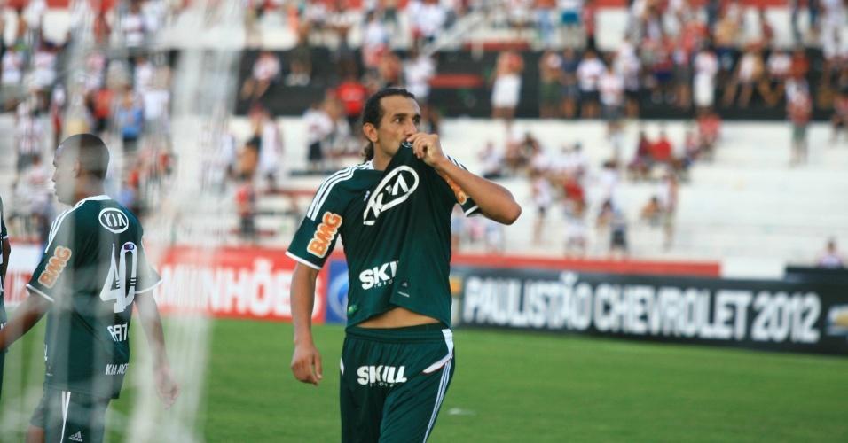 Barcos comemora o sexto gol do Palmeiras contra o Botafogo-SP. Atacante marcou duas vezes