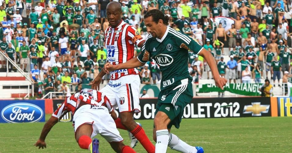 Barcos, do Palmeiras, briga pela bola com a defesa do Botafogo-SP