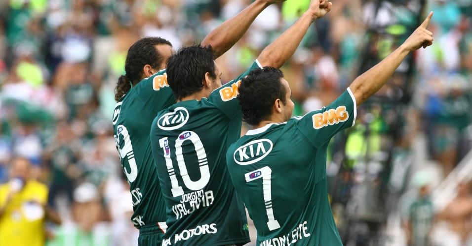 Barcos, Valdivia e Maikon Leite fazem coreografia para comemorar o terceiro gol do Palmeiras