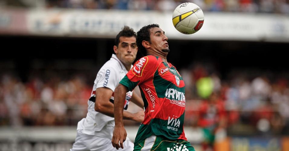 Boquita, da Portuguesa, domina diante de Rhodolfo, do São Paulo