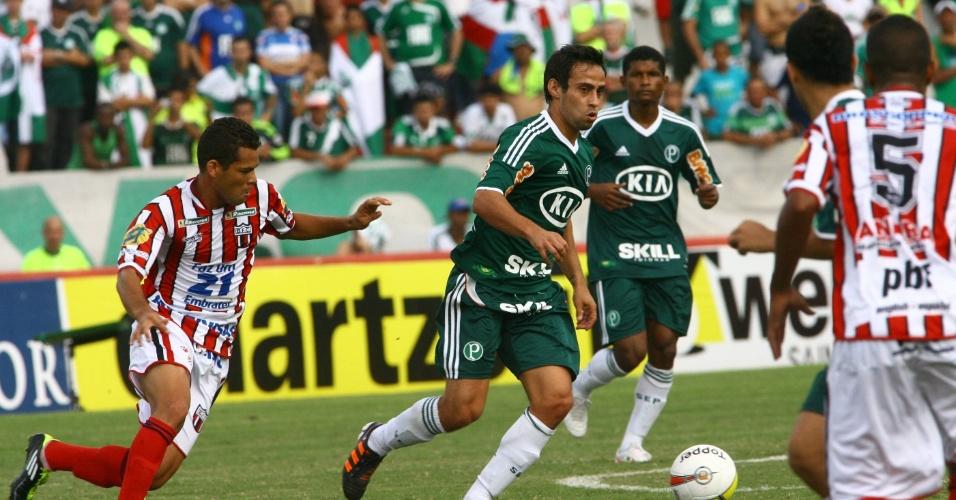De volta ao time titular do Palmeiras, Valdivia conduz a bola durante a partida contra o Botafogo-SP