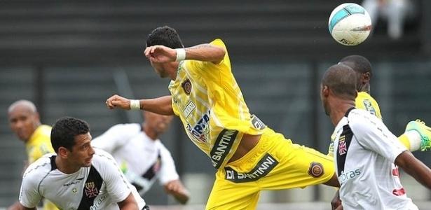Diego Souza disputa bola no jogo contra o Madureira em São Januário