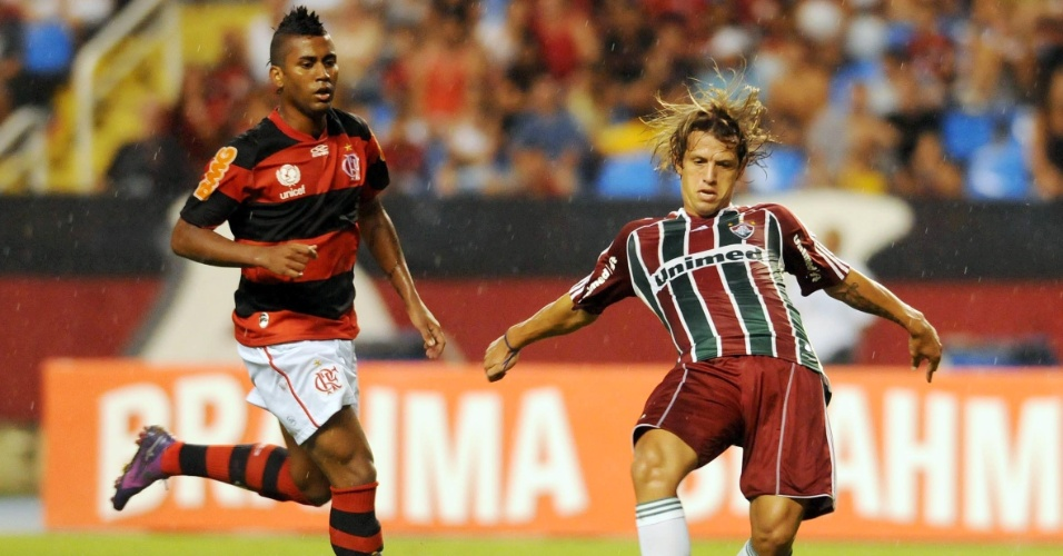 Diguinho do Fluminnense passa a bola observado por Muralha, do Flamengo