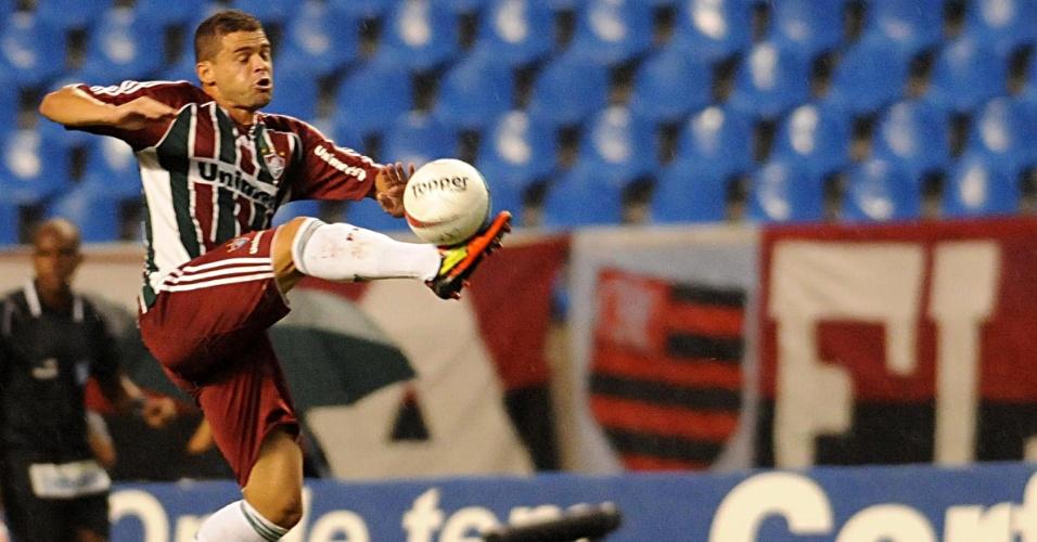 Edinho do Fluminense mata bola durante o primeiro tempo do Fla-Flu, no Engenhão
