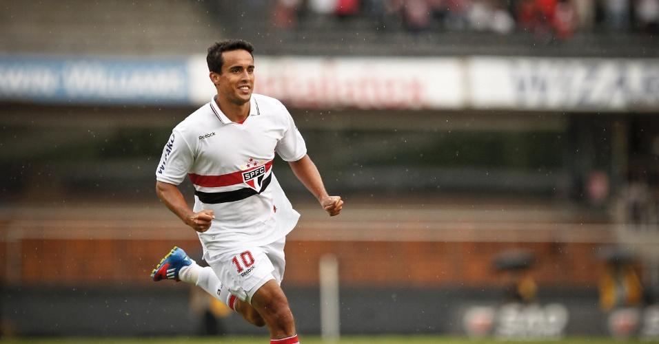 Jadson comemora após marcar o gol de empate do São Paulo contra a Portuguesa