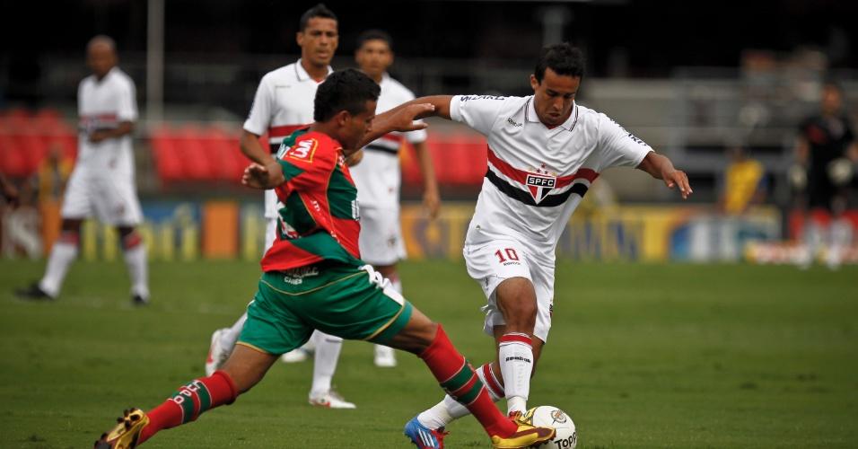 Jadson, do São Paulo, encara a marcação da Portuguesa