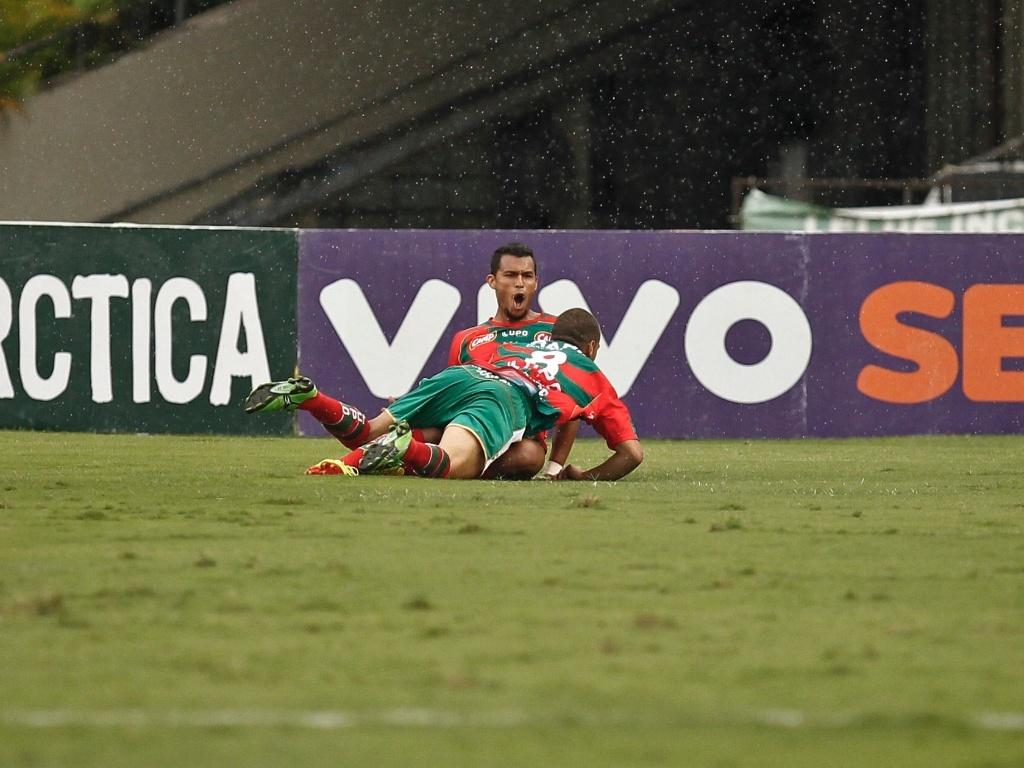 Jogadores da Portuguesa comemoram o gol marcado por Ricardo Jesus, que abriu o placar no Morumbi