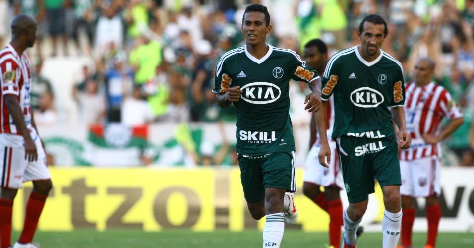 Juninho comemora após marcar o quinto gol do Palmeiras contra o Botafogo-SP