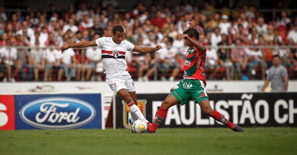 Lucas, do São Paulo, tenta driblar o jogador da Portuguesa