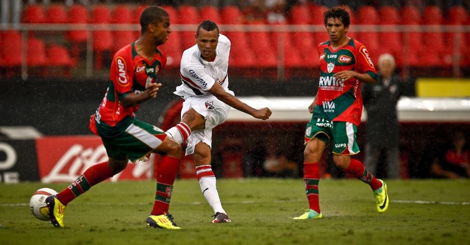 Luis Fabiano bate para marcar o gol da virada do São Paulo sobre a Portuguesa