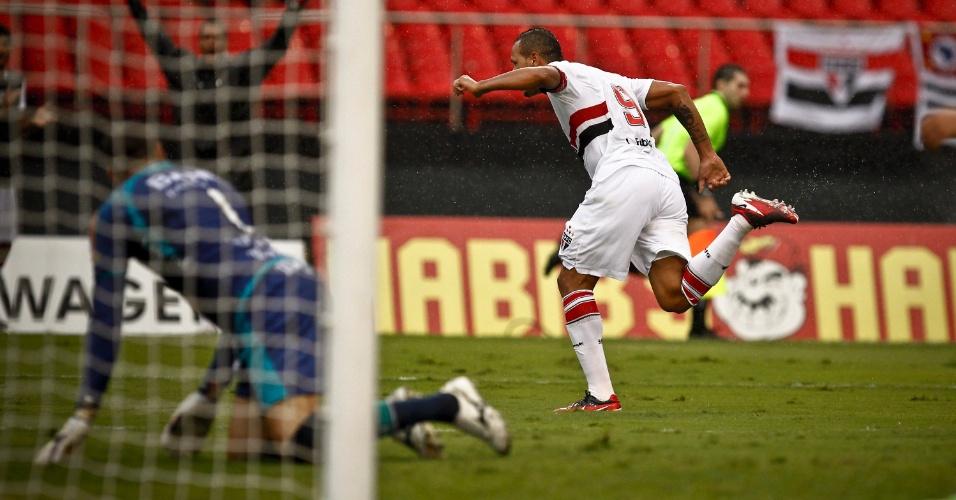 Luis Fabiano comemora após marcar o gol da virada do São Paulo sobre a Portuguesa