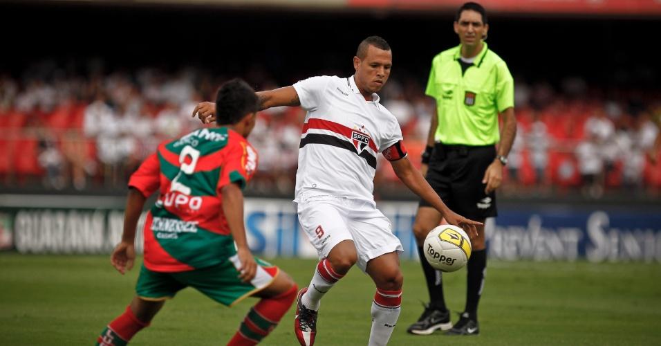 Luis Fabiano, capitão do São Paulo, encara a marcação de Ivan, da Portuguesa
