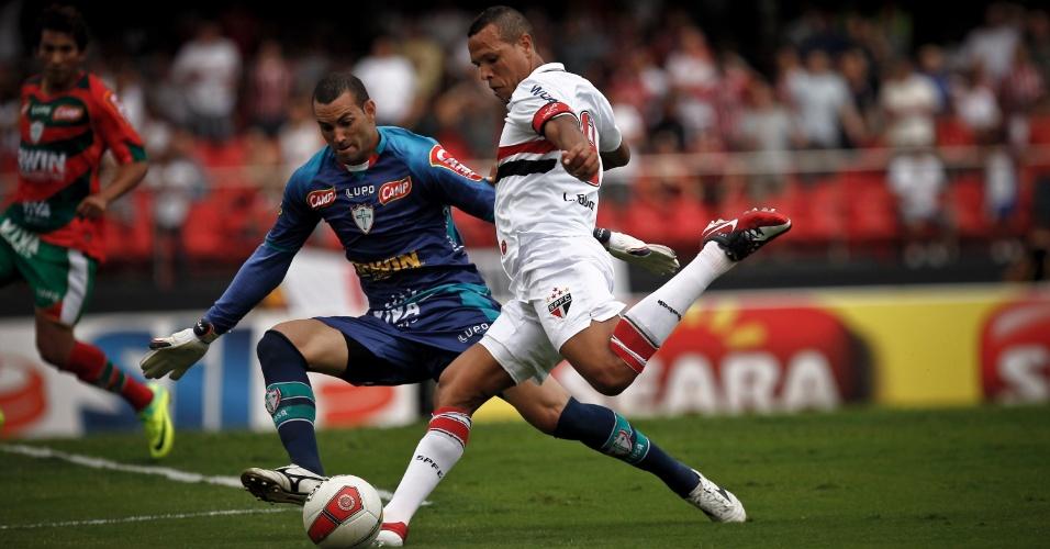 Luis Fabiano tenta a finalização durante a partida contra a Portuguesa