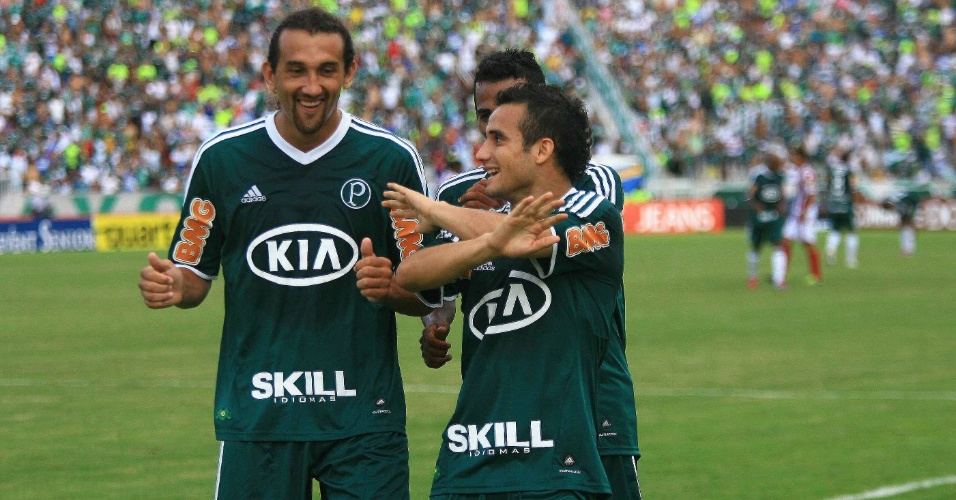 Maikon Leite comemora com Barcos e Juninho após marcar o segundo gol do Palmeiras contra o Botafogo-SP