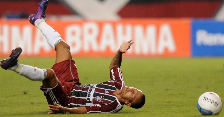 O meia do Fluminense, Souza cai no gramado após sofrer falta no primeiro tempo