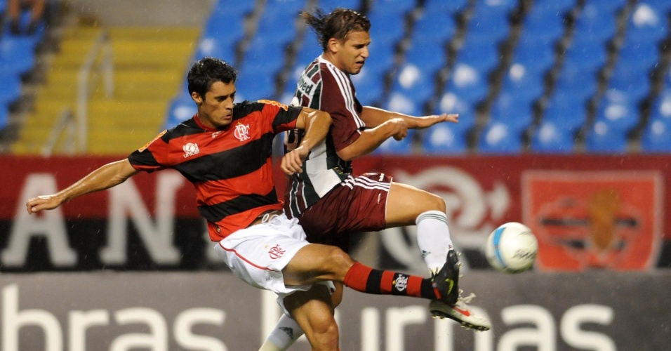O zagueiro Gonzalez do Flamengo entra forte em Rafael Moura, do Fluminense