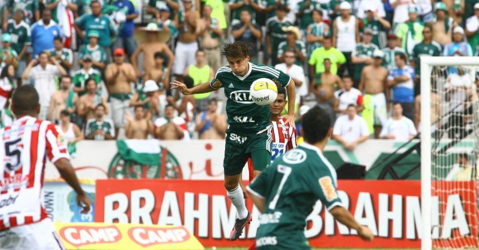 O zagueiro Henrique, do Palmeiras, faz o corte durante o jogo contra o Botafogo-SP
