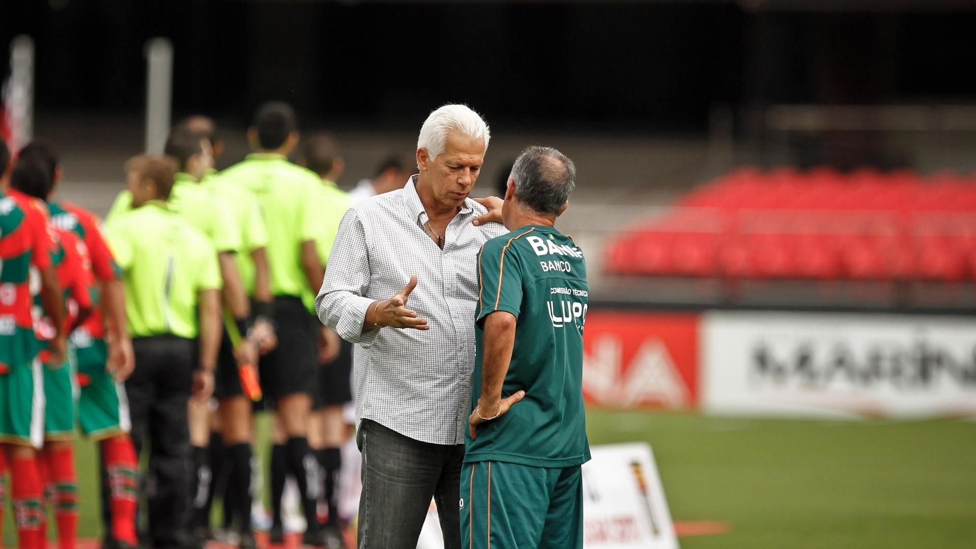 Os técnicos Leão, do São Paulo, e Jorginho, da Portuguesa, conversam antes do início do duelo