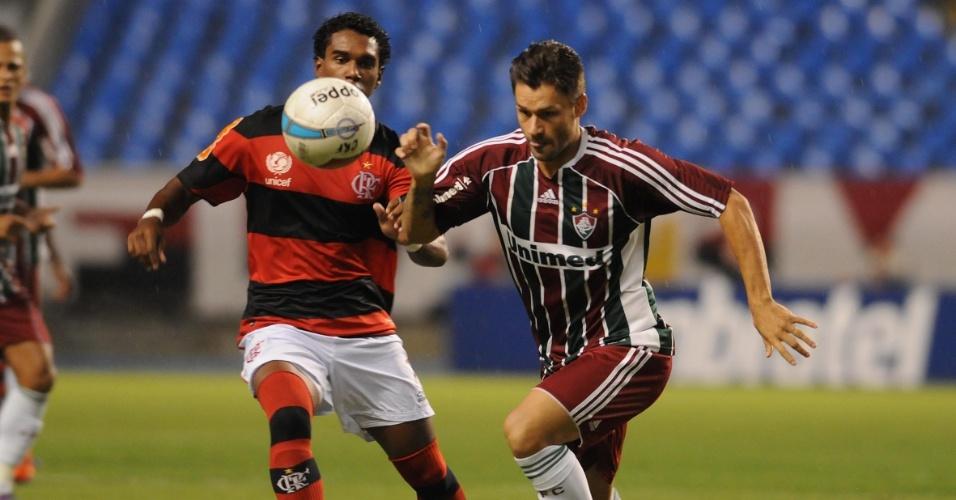 Rafael Sóbis divide bola com Luiz Antonio, do Flamengo, no clássico pela 3ª rodada do Carioca
