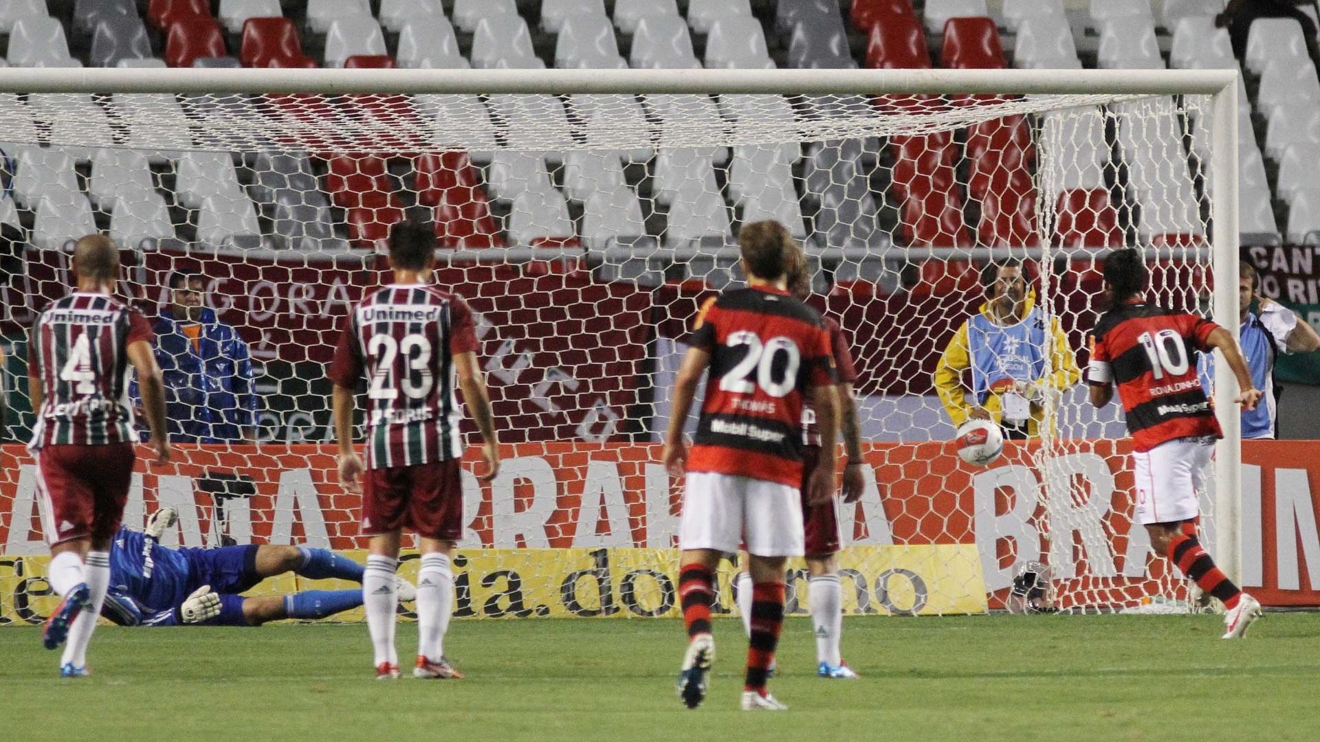 Ronaldinho chuta no canto de Diego Cavalieri para fazer o primeiro gol do Flamengo