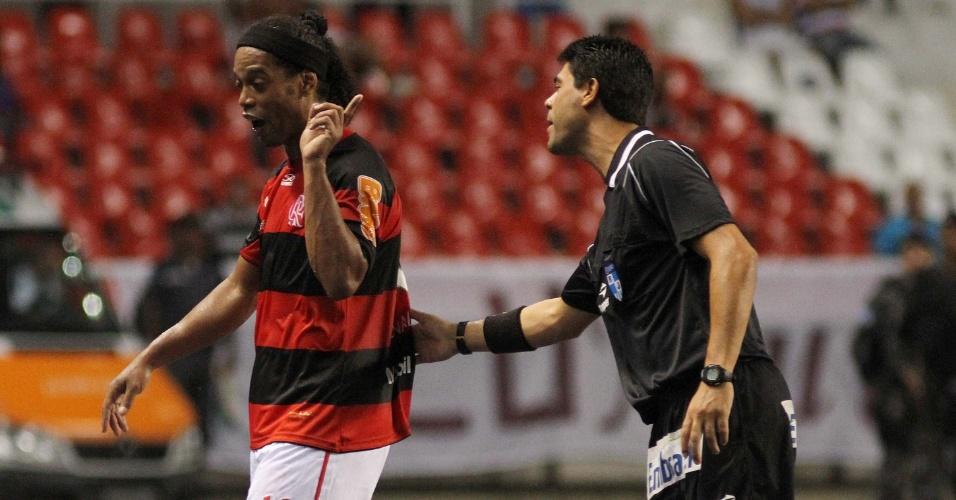 Ronaldinho é expulso aos 39 minutos do primeiro tempo no clássico contra o Fluminense
